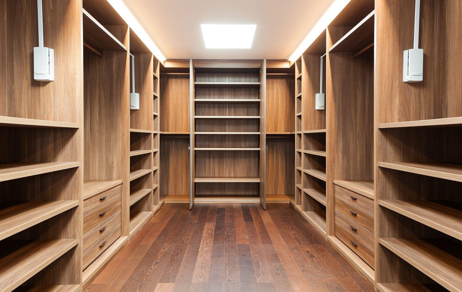 una cabina armadio in legno
