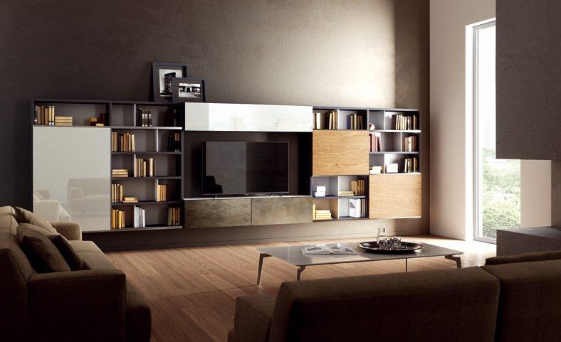 una sala con due divani, un mobile tv e una libreria