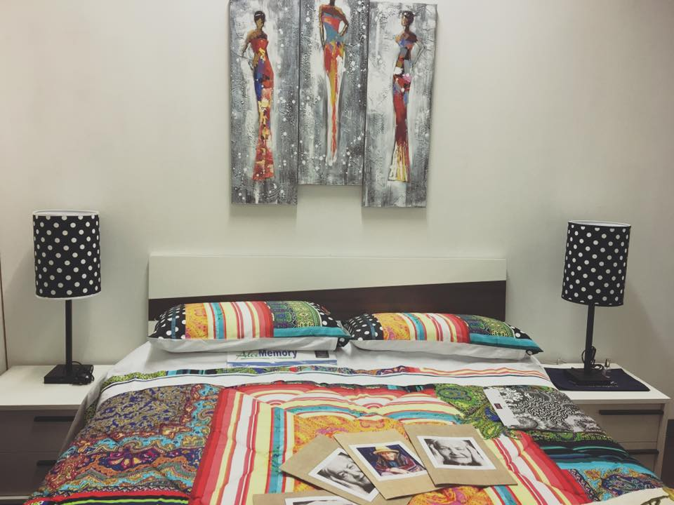 un letto con due comodini con delle lampade a pois