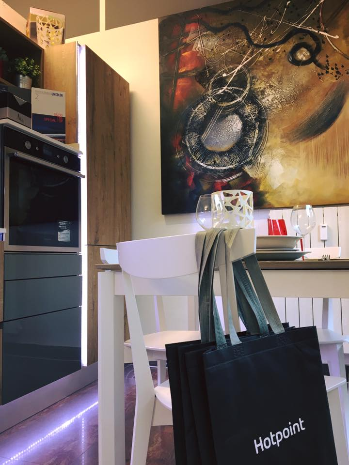 un tavolo con le sedie di color bianco