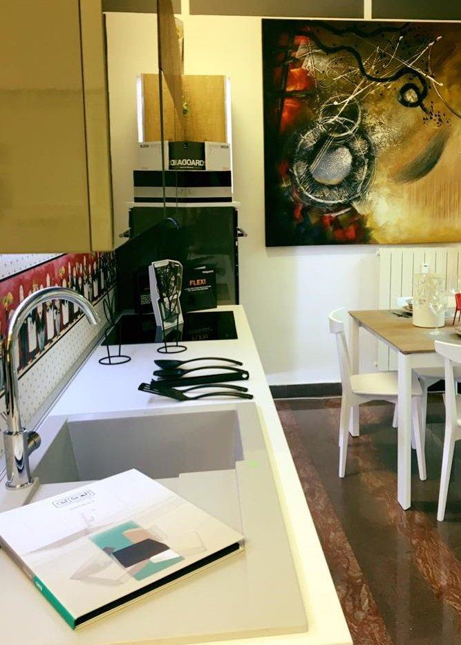 un piano cucina con dei fornelli e un lavandino