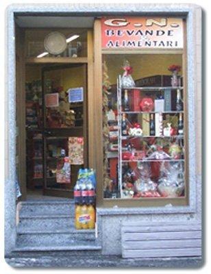 vetrina del negozio di bevande alimentari