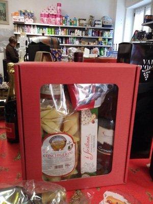 pacco di natale con pasta, vino, torrone