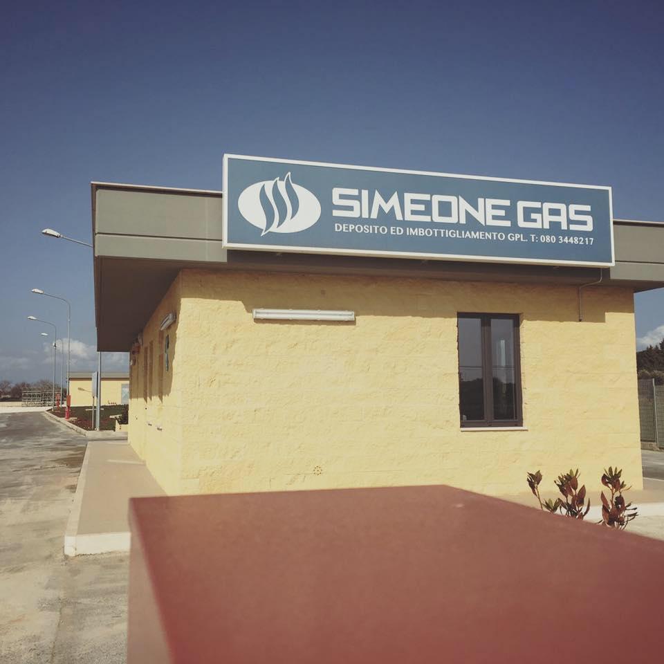 un edificio con un'insegna con scritto Simeone Gas deposito ed imbottigliamento GPL