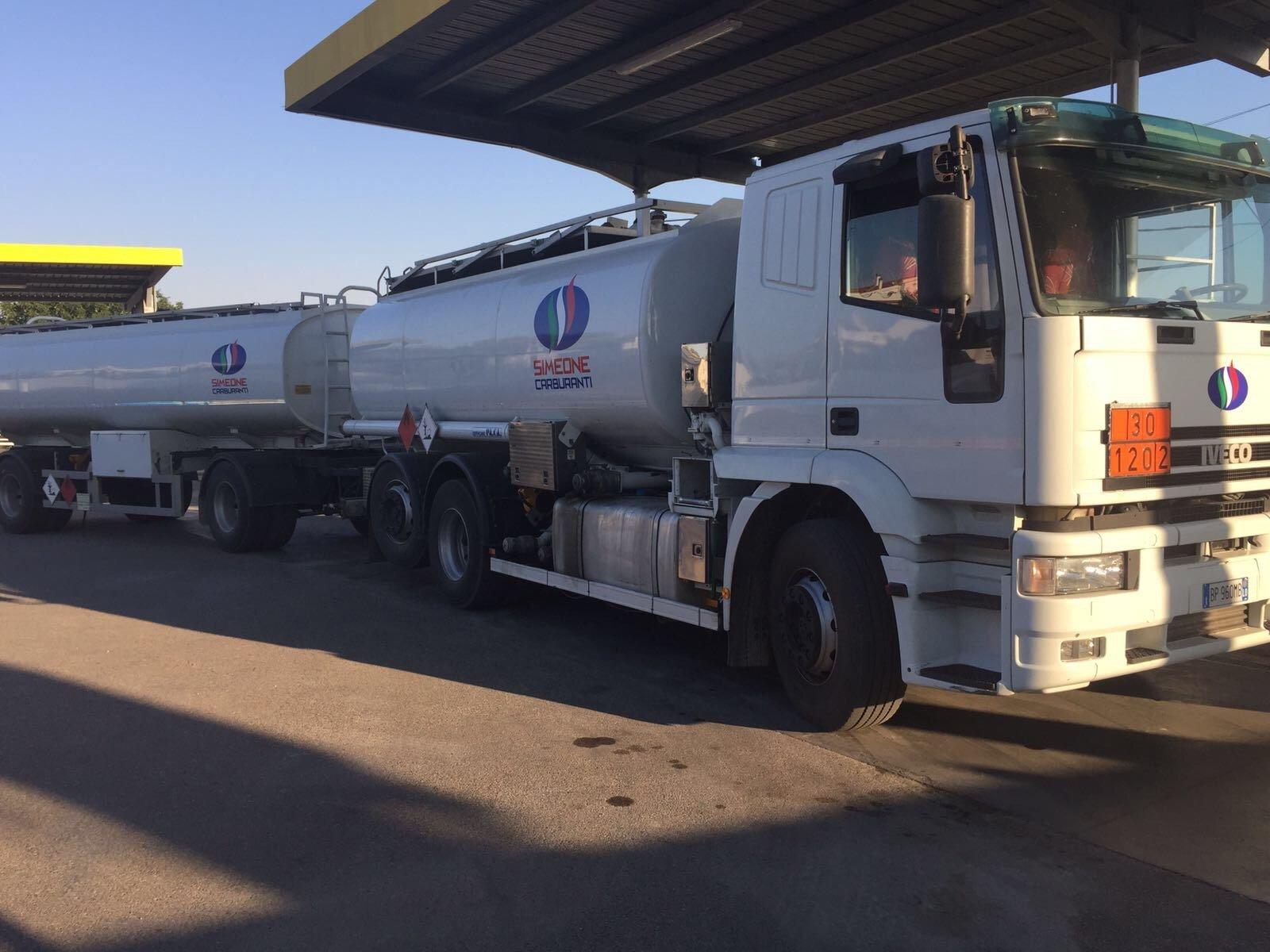autocisterna per il trasporto di benzina