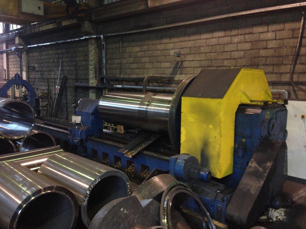 macchina industriale per lavorazione del metallo