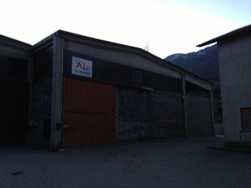 capannone d'azienda per la tornitura di metalli