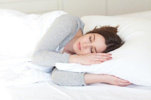 Giovane mentre dorme rilassata