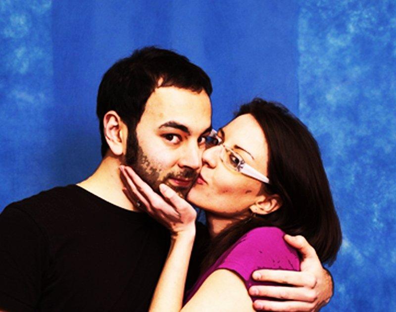 una donna che bacia un uomo