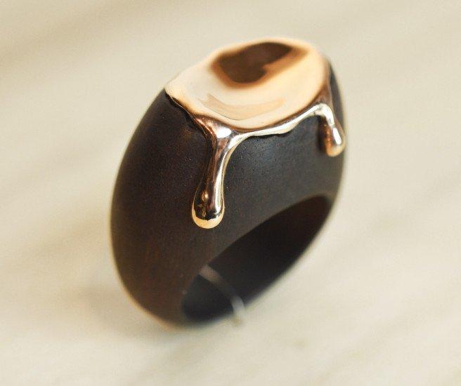un anello in legno con disegno dell'oro fuso