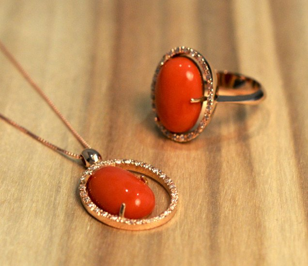 un ciondolo e un anello con una pietra di color arancione