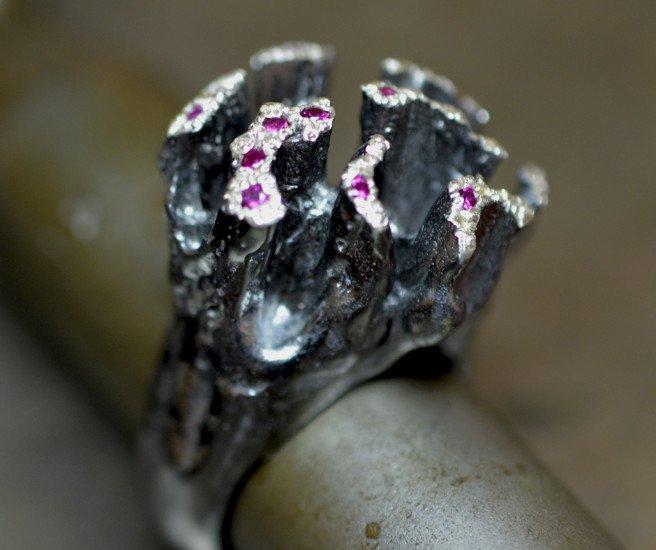 un anello d'argento fatto a mano con delle perline di color viola