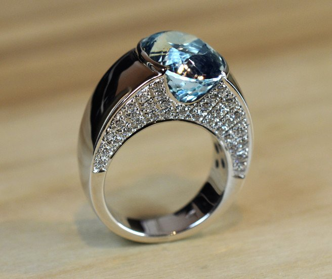 un anello con una pietra azzurra e degli zirconi