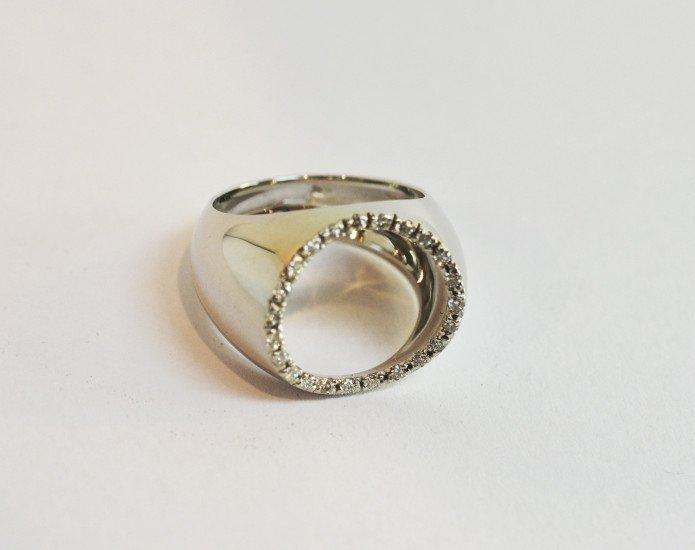 un anello fatto a mano con un cerchio di zirconi