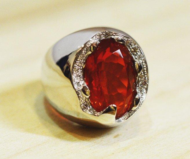 un anello d'argento con una pietra di color rosso