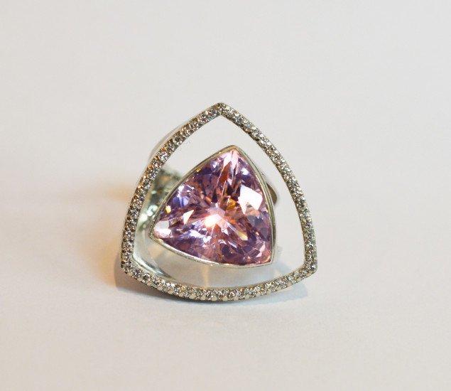 un anello d'argento a forma di triangolo