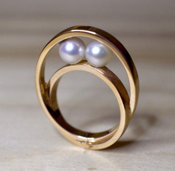 un anello d'oro con due perle