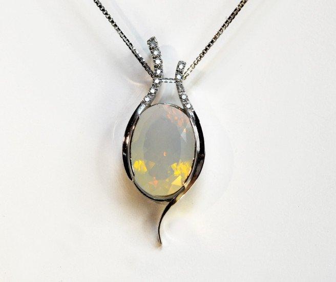 un ciondolo in argento con degli zirconi  una pietra grande