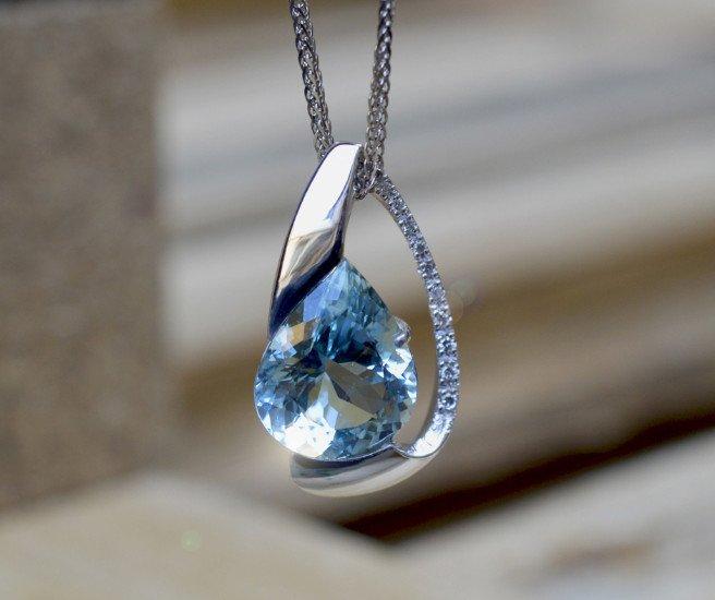 un ciondolo con una pietra di color azzurro e degli zirconi