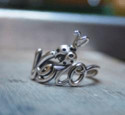 un anello d'argento con scritto Vero