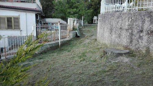 sentiero tra due case