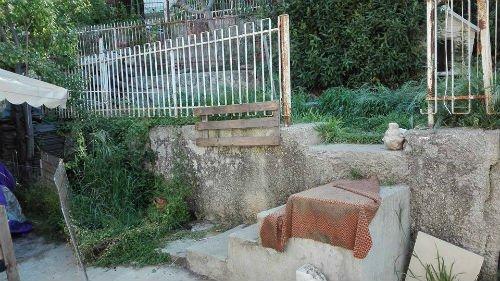 scale di pietra e una porta di giardino rotta