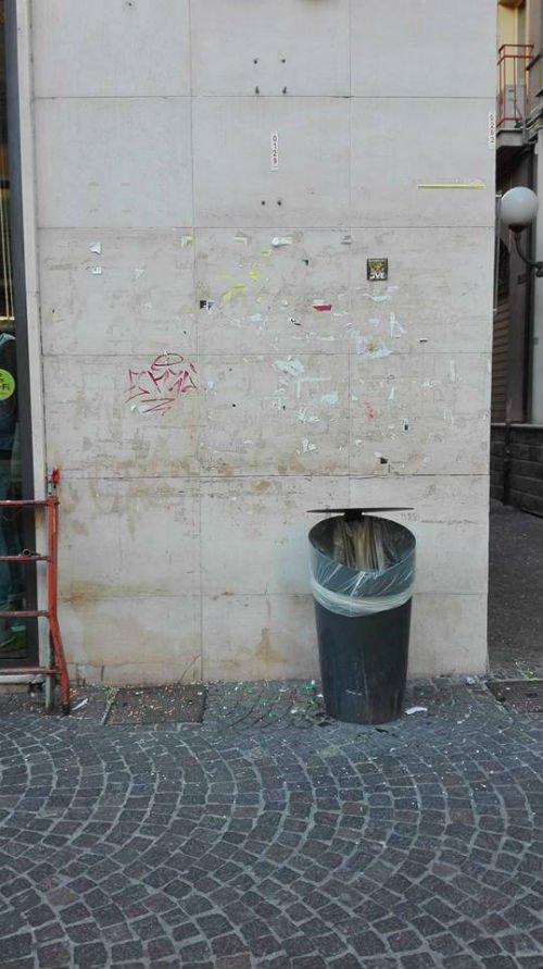 parete sporca e un cestino della spazzatura