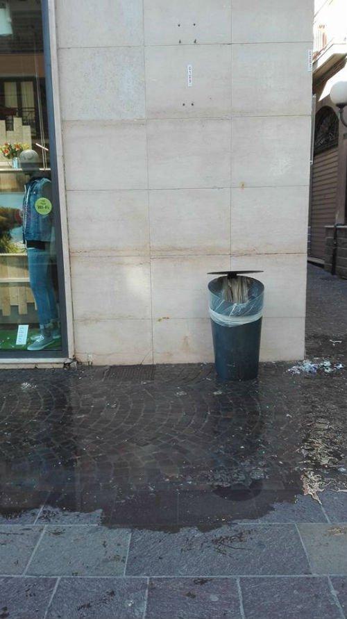 parete pulita con un cestino cestino della spazzatura