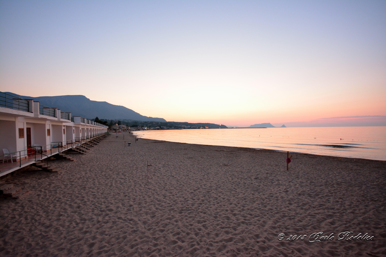 una passeggiata lungo la riva del mare