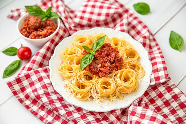 Spaghetti bolognese con formaggio e basilico
