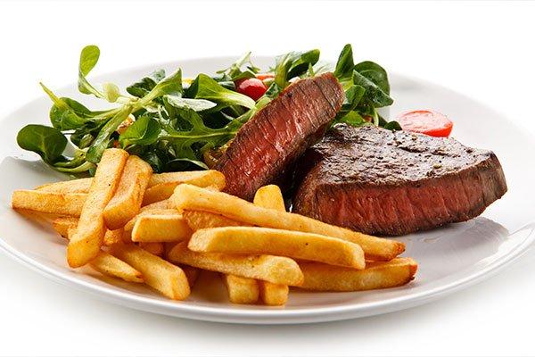 Bistecca alla griglia, patatine fritte e verdure