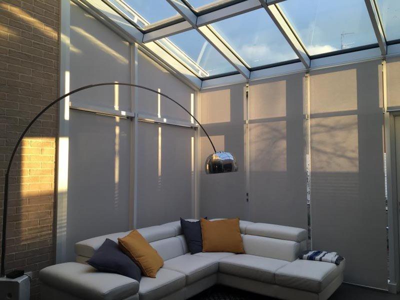 vista interna di stanza con tende da sole