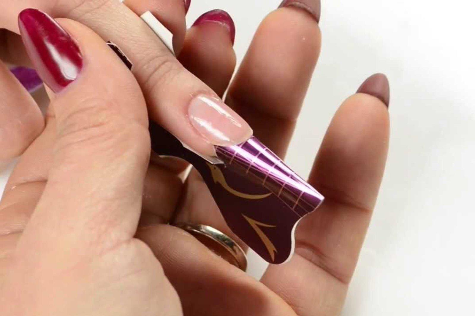 Persona da Master Nails disegnando sulle unghie a Giarre