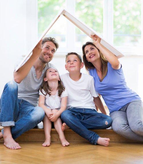 Immagine di una famiglia allegra in una casa che raffigura un tetto