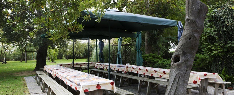 gazebo e tavoloni in giardino