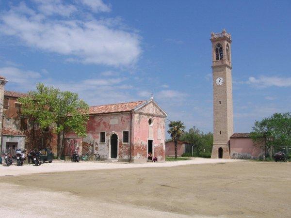 piccola chiesa con campanile a Lio Piccolo nella laguna veneta