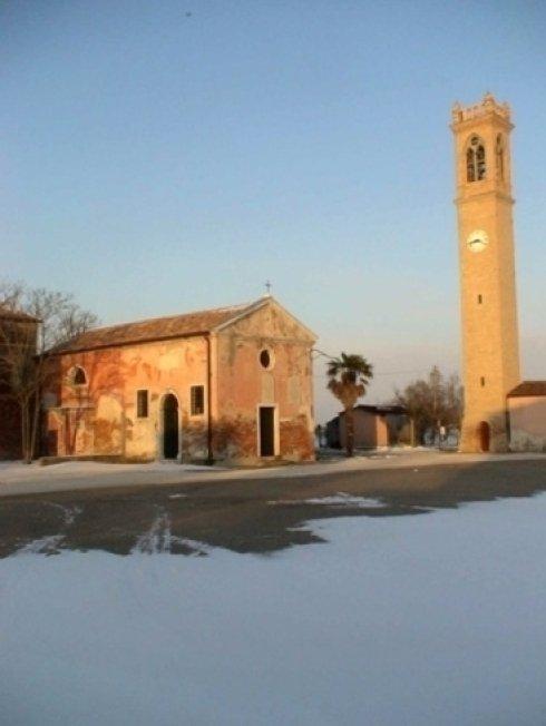vista chiesa di Lio Piccolo nella laguna veneta