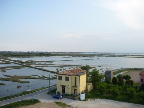 Vista di un casale in mezzo alla laguna veneta