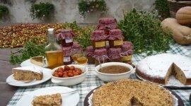 Piatto imbandito con piatti dolci e salati