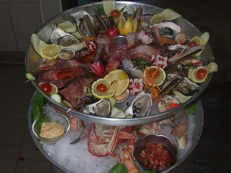 plate_of_raw_seafood_with_lemon_and_fesh_courgettes_oysters_carpaccio_mussels_salmon_sauce