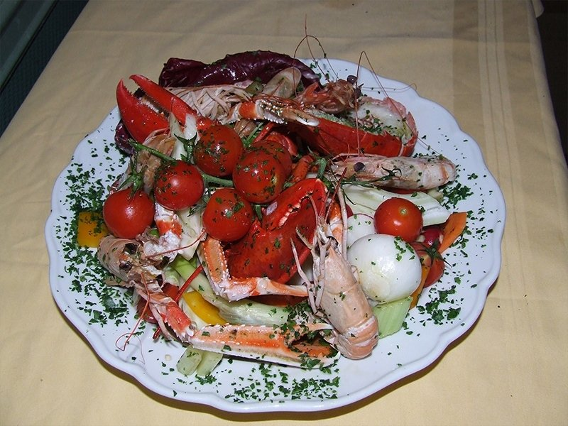 plate_of_catalan_style_shellfish_with_fresh_cherry_tomatoes_and_onions