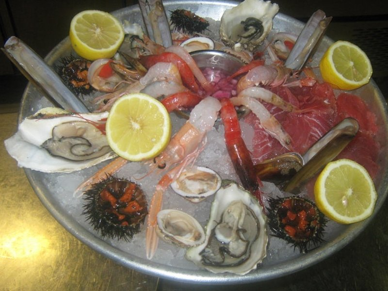 raw_seafood_with_sea_urchins_oysters_shrimps