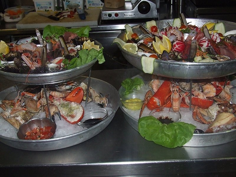 plate_of_raw_seafood_with_radish_decoration