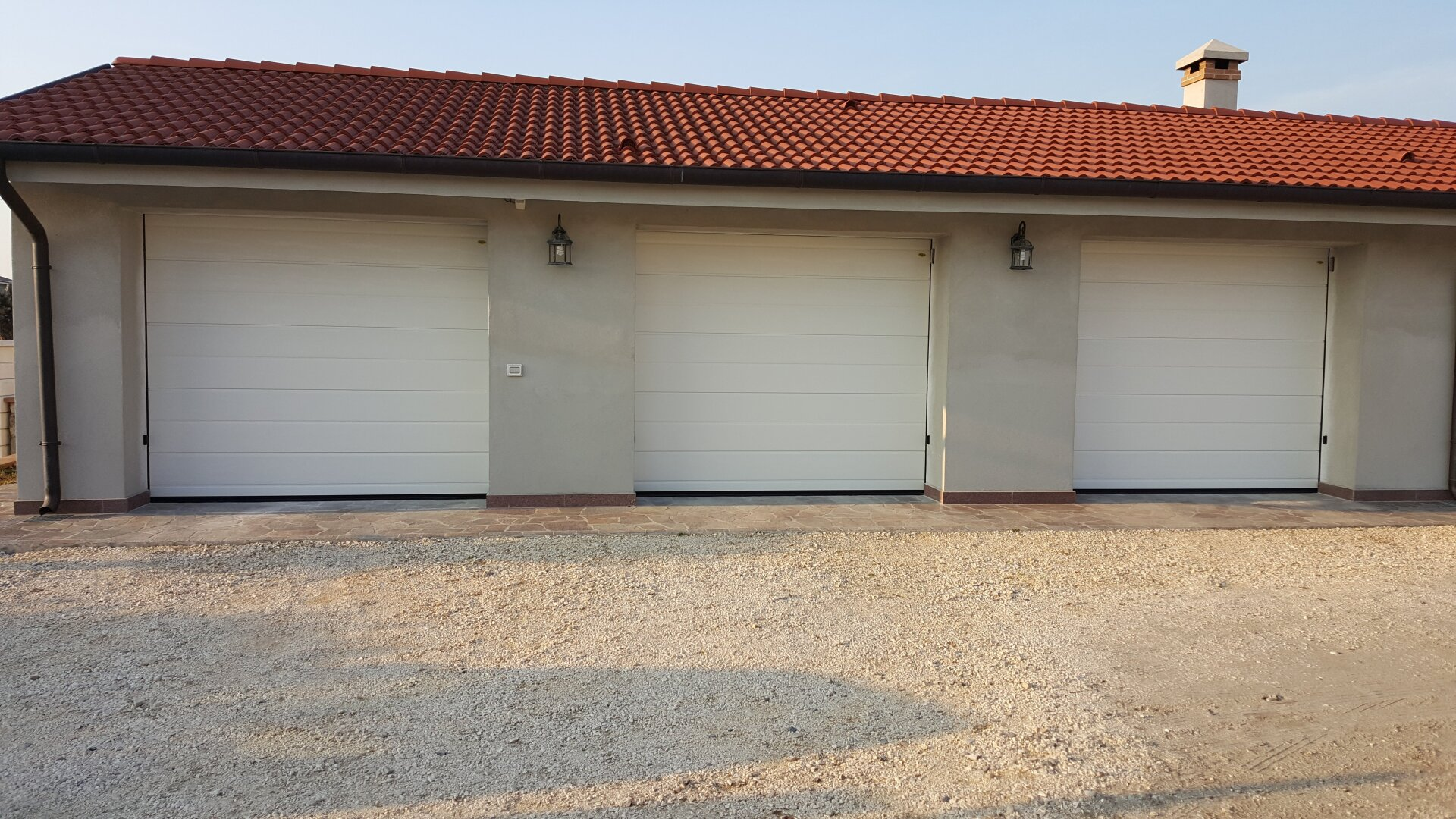 fila di garage bianchi
