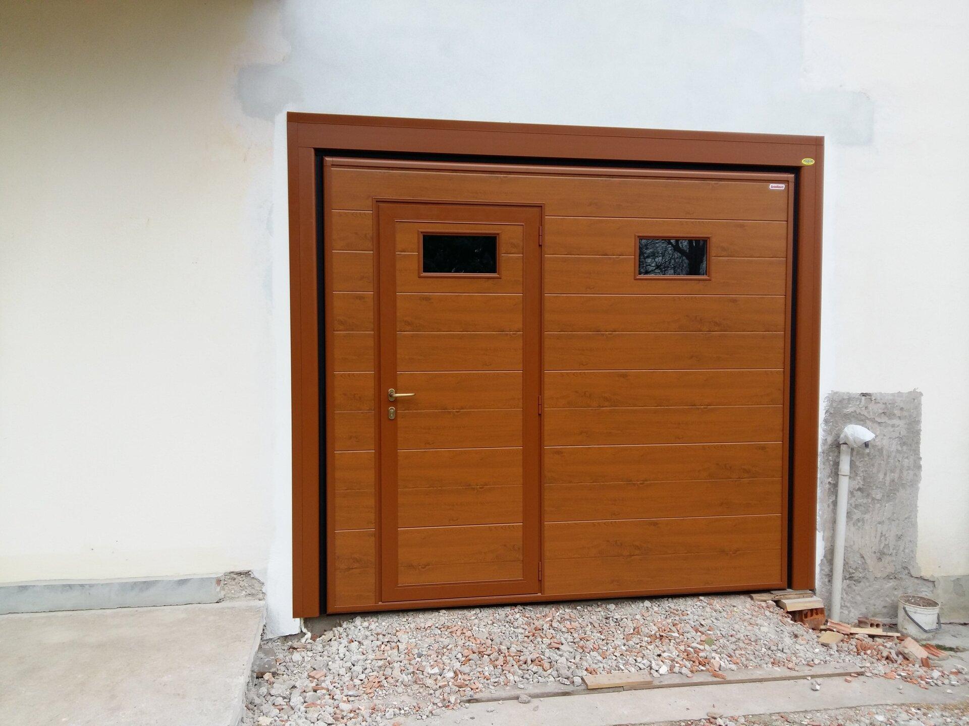 garage con porta in legno
