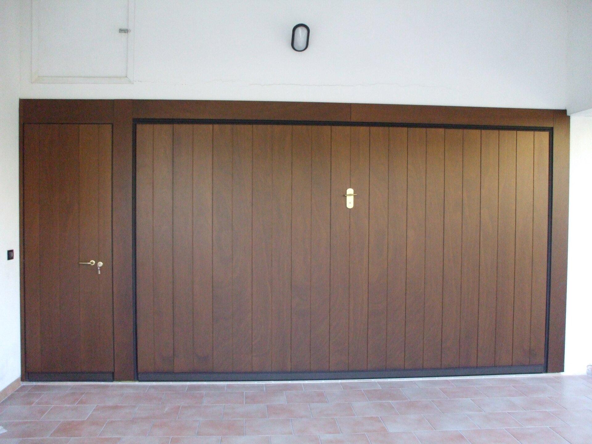 Porta garage di legno colore marrone