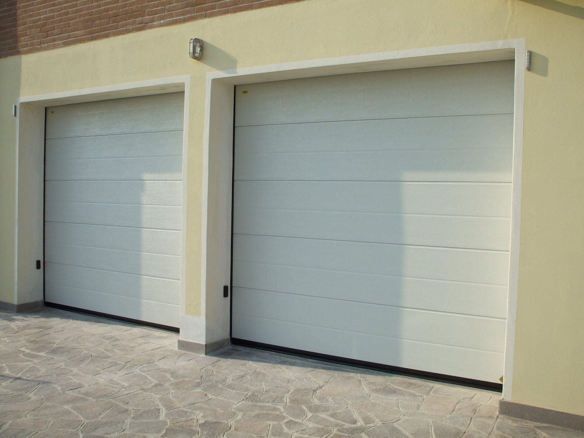 garage su uno stabilimento bianco due posti