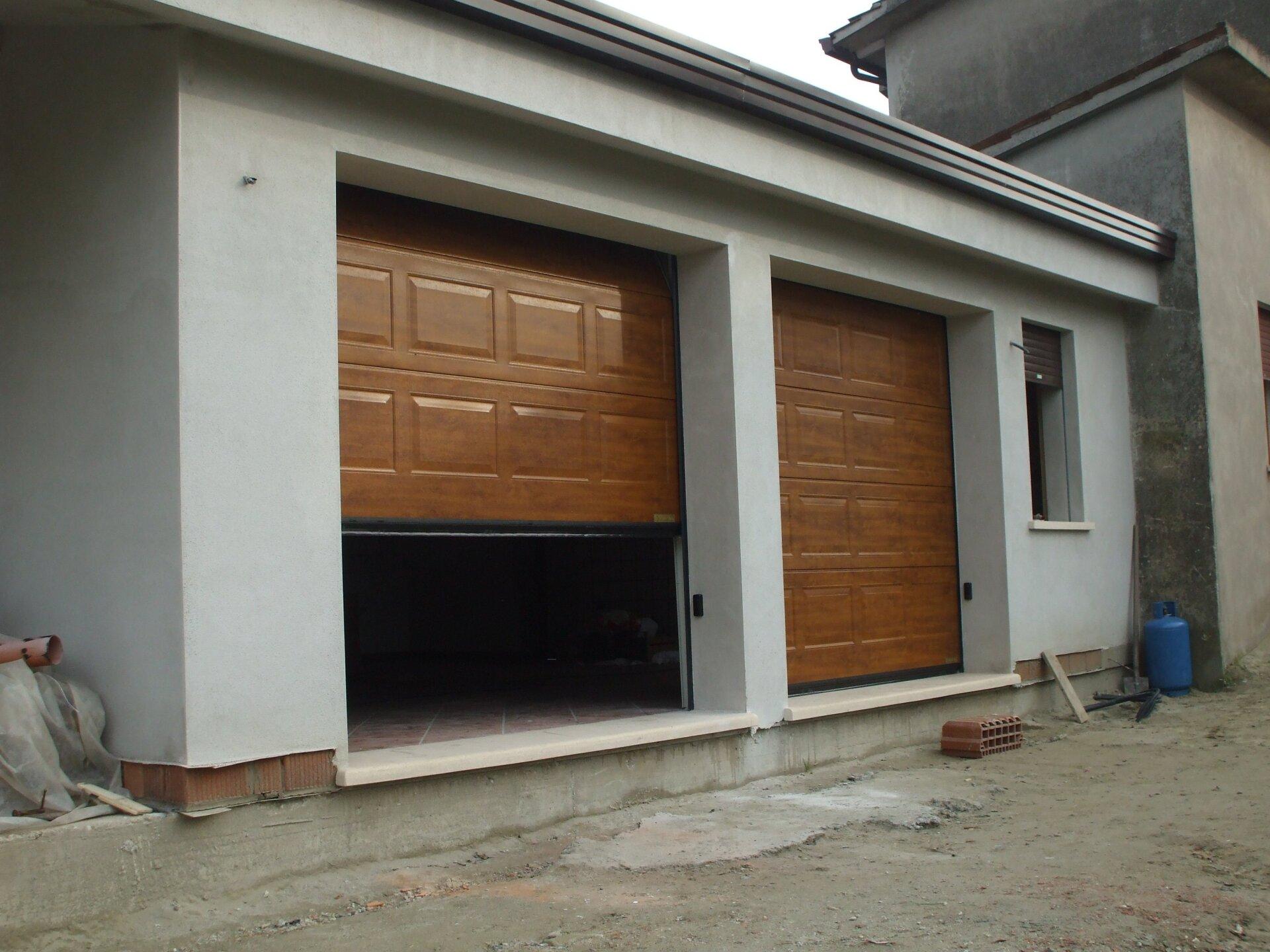 un garage semi aperto e uno chiuso