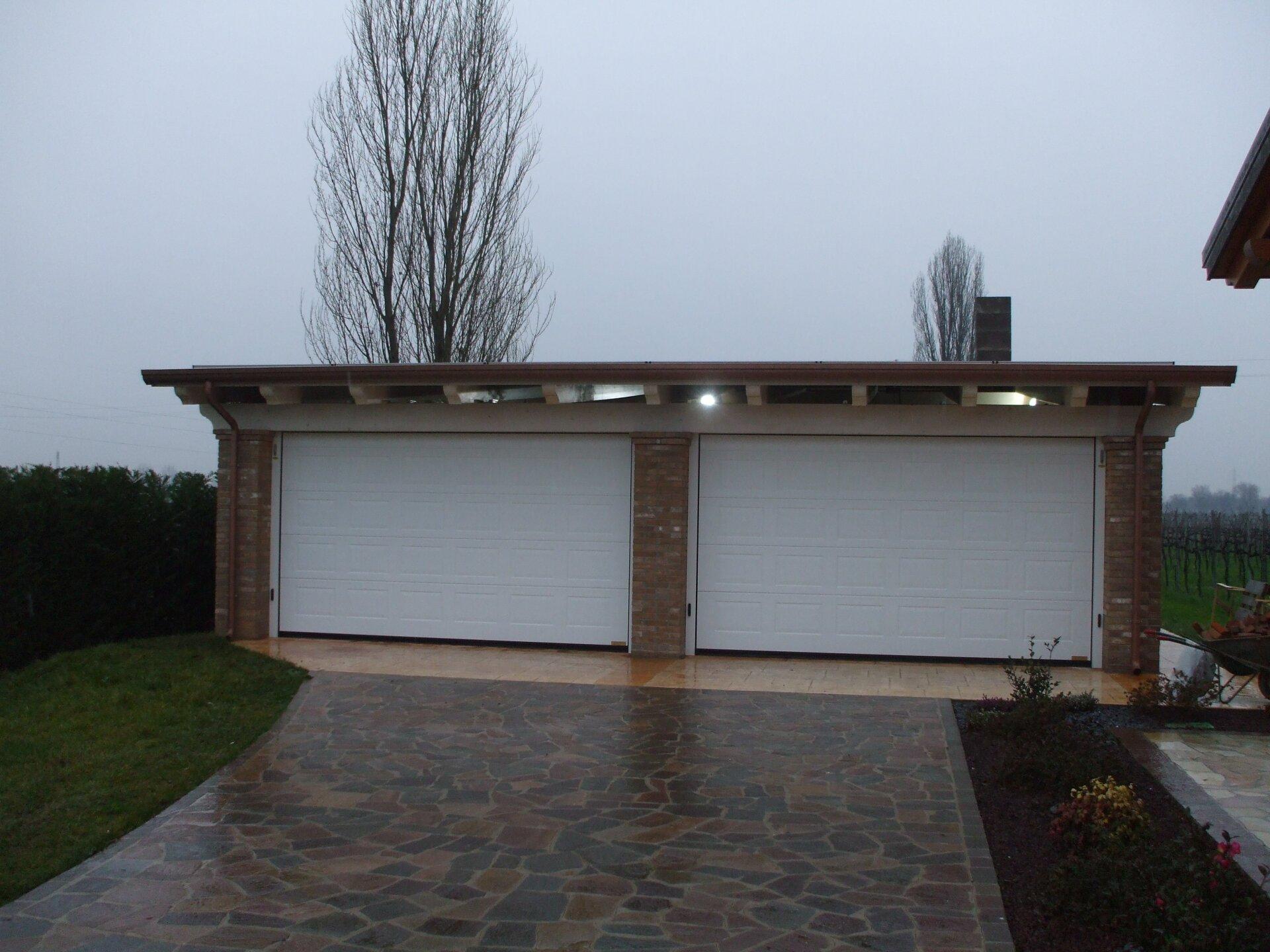 vista frontale di un garage due posti