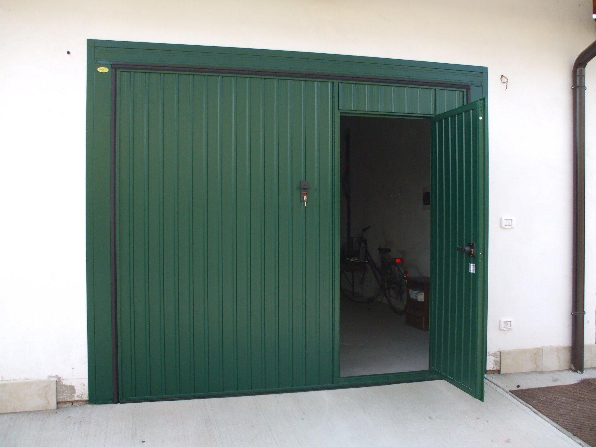 portone per garage verde aperto